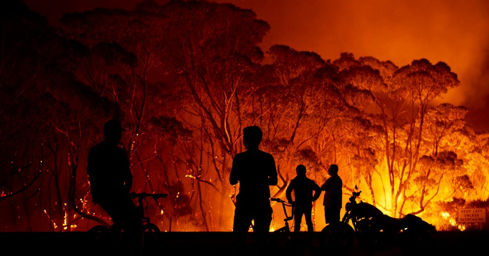 Australia wildfire, people watching from a distance