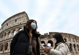 tourists with masks in Rome